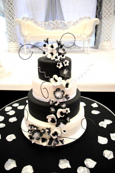 4-tiered-black-white-wedding-cake